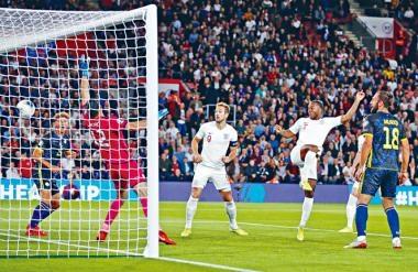 史達寧(右二)自去季被哥帥改造後埋門能力提升,今仗更交出一入球兩助攻踢出代表作。