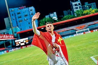 艾傑臣入籍中國處子戰唱國歌又披國旗。