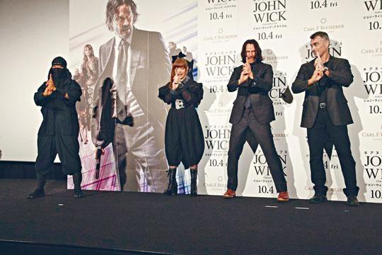 在首映禮上奇洛交足戲跟着KPP做出忍者手勢。
