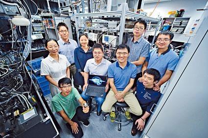 杜勝望(中)指新研發的全光學多層神經網絡,有助提升電腦運算速度。