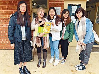 參與交流團的學生到訪南澳一所幼稚園。