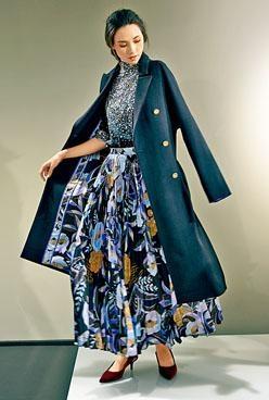 Onyl花卉圖案印花絲質內襯黑色茄士咩羊毛大衣/$39,800、Petula刺繡黑色平紋針織T恤/$9,800、印有Charleston多彩圖案的Dona壓褶半截長裙/$18,800。
