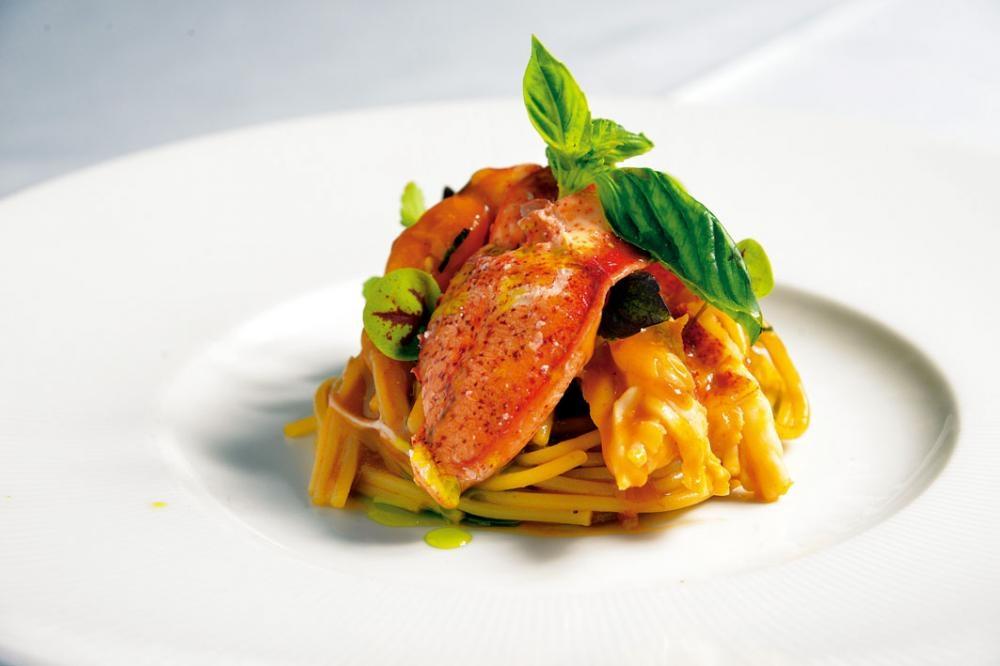 地中海香草番茄龍蝦意粉,醬汁用上加拿大龍蝦、意大利聖馬札諾番茄等熬成,香甜鮮美。大廚還特地加入羅勒香草油提香,更富意國風情。