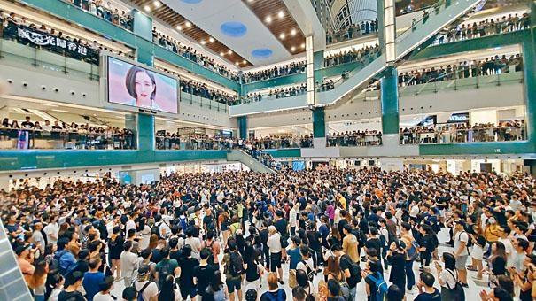 三千人聚集新城市廣場唱歌及叫口號。