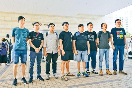 吳文遠(右一)等八人分別獲判緩刑及社會服務令。