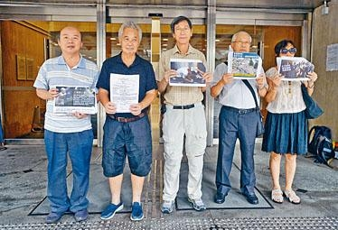 郭卓堅(左二)及葉慶祥(中),上周三入稟高等法院申請司法覆核。