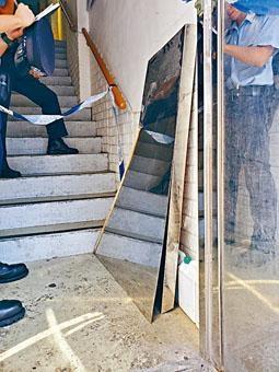 兩塊鐵板在大廈入口頂部甩脫墮下擊傷途人。