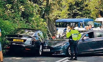 兩部電動車在山頂道相撞互有損毀。