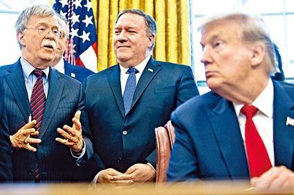 (左起)博爾頓、蓬佩奧和特朗普在白宮開會。