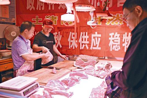 內地豬肉價格持續飛漲。圖為蘭州市民購買平價豬肉。
