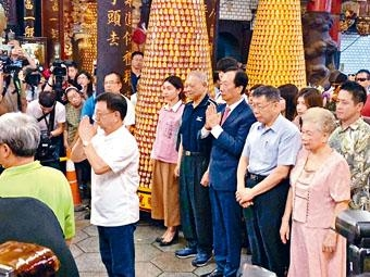 郭台銘(二排右三)和柯文哲(二排右二)一同參拜城隍廟。