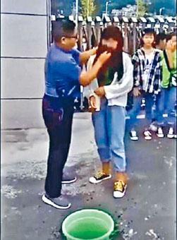 老師幫女學生強行抹臉卸妝。