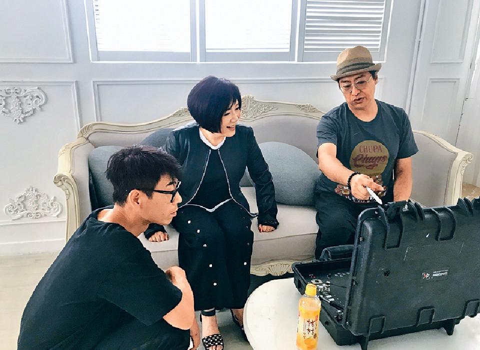 ■樓雙甯拍攝MV時,跟工作人員有商有量。
