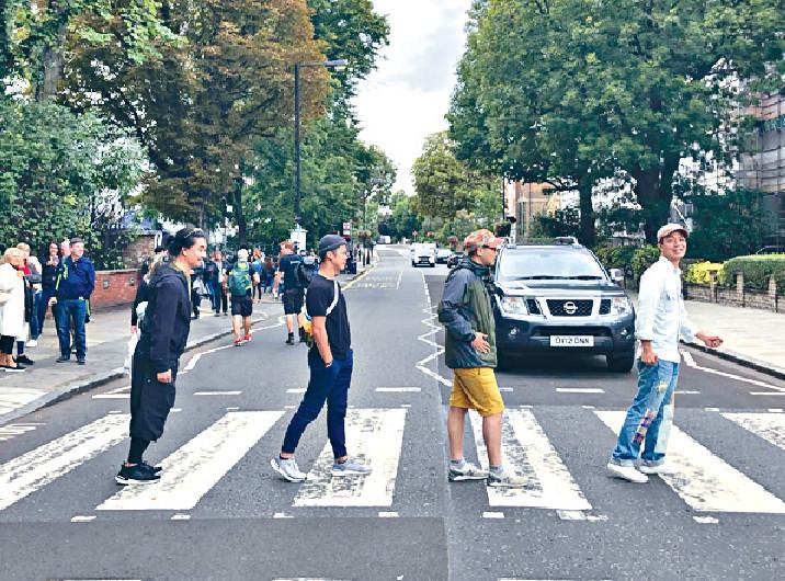 ■RubberBand去到Abbey Road扮The Beatles影經典過馬路相。