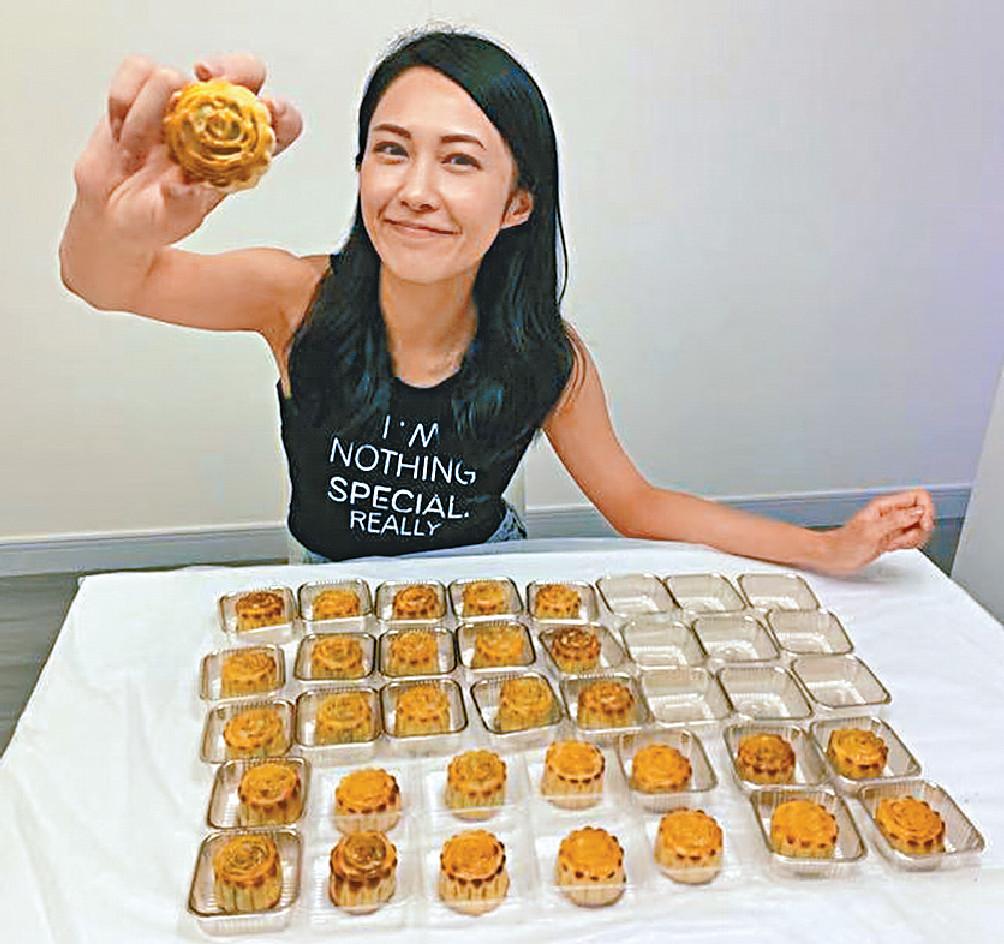 ■湯怡親手製作多個月餅送給同事品嚐。