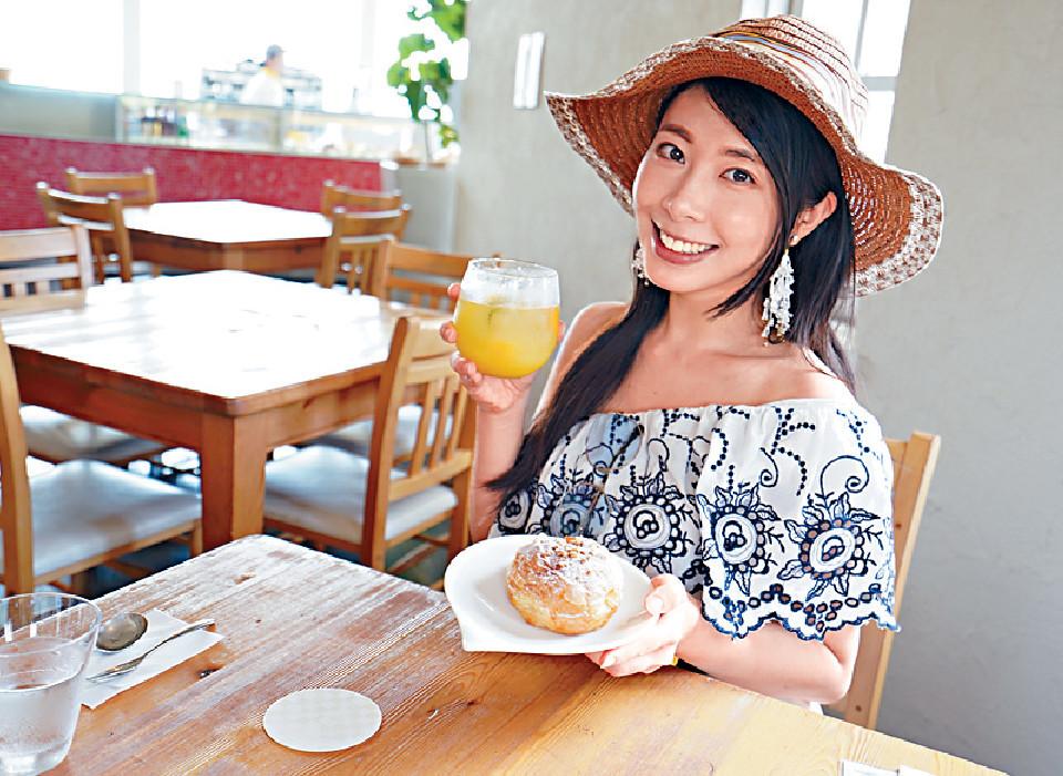 ■黃紫盈在Cafe歎了新推出的泡芙牛角包和夏日特飲。
