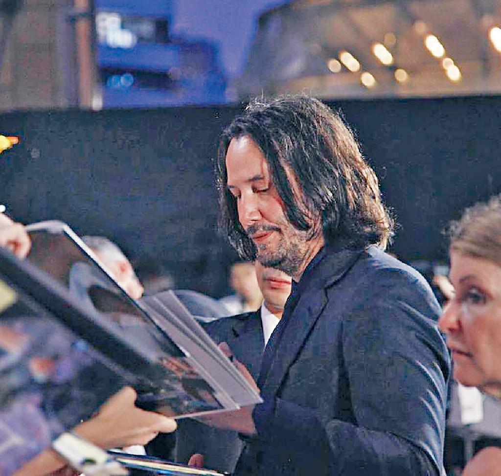■奇洛在紅地氈上親切地為影迷簽名。