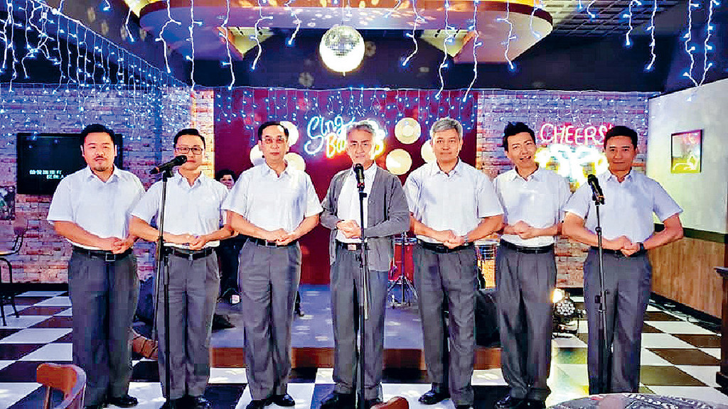 中佬唱歌 ■着上校服的中佬重整昔日合唱團隊形,成員有(左) 韋家雄、鄭敬基、蔣志光、吳岱融、曾偉權、曾航生、歐瑞偉。