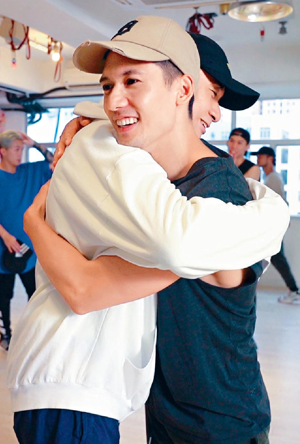 ■Kenny向好友基仔送抱。