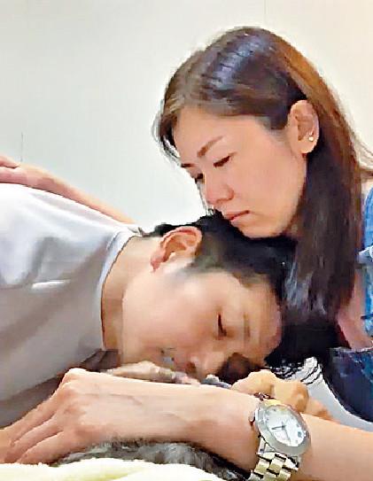 ■袁文傑同女友去家庭醫生診所送別囝囝。