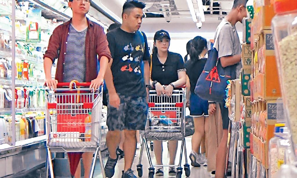 ■兩公婆喺超市同祖兒媽分開行。