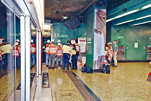 ■維修人員到深水埗站搶修故障架空電纜。