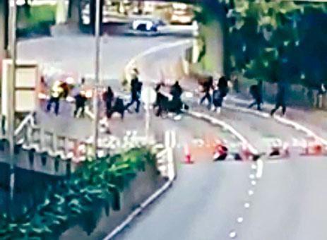 ■激進示威者向兩名交通警員投擲三枚汽油彈。