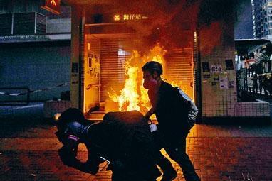 ■灣仔站其中一個出入口被縱火,火勢猛烈。