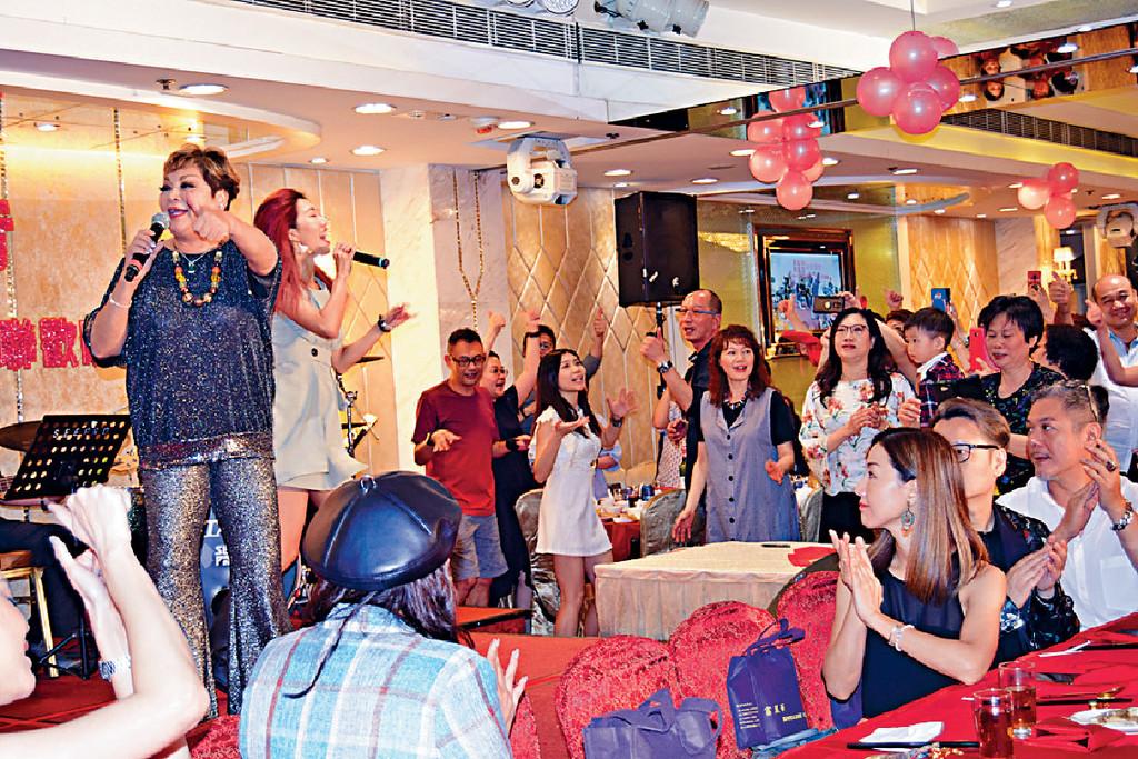 唱好香港 ■肥媽喺台上唱歌,亦希望觀眾一齊唱好香港。