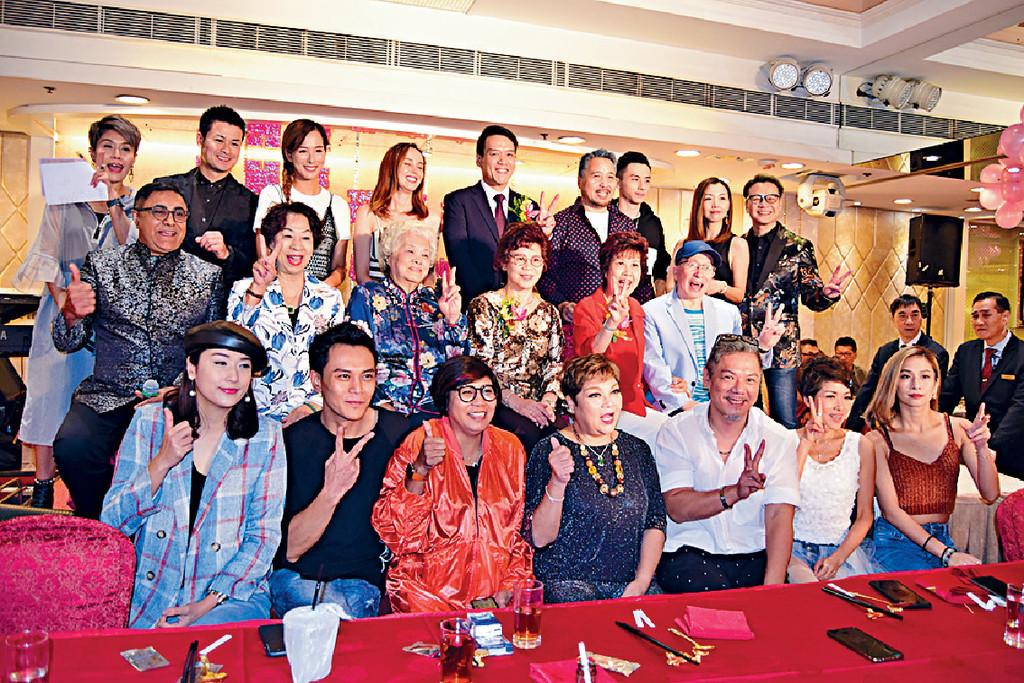 熱鬧晚宴 ■肥媽、黑妹、漢洋、譚嘉荃及Joe哥等為相熟老字號珠寶金行周年晚宴演出。