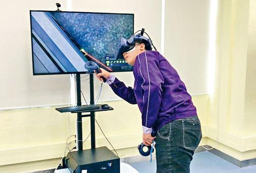 ■學員示範利用VR技術學習維修升降機情況。