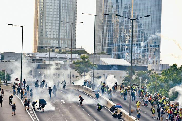 穆迪發表報告指,持續不斷的示威活動,正侵蝕本港制度優勢。