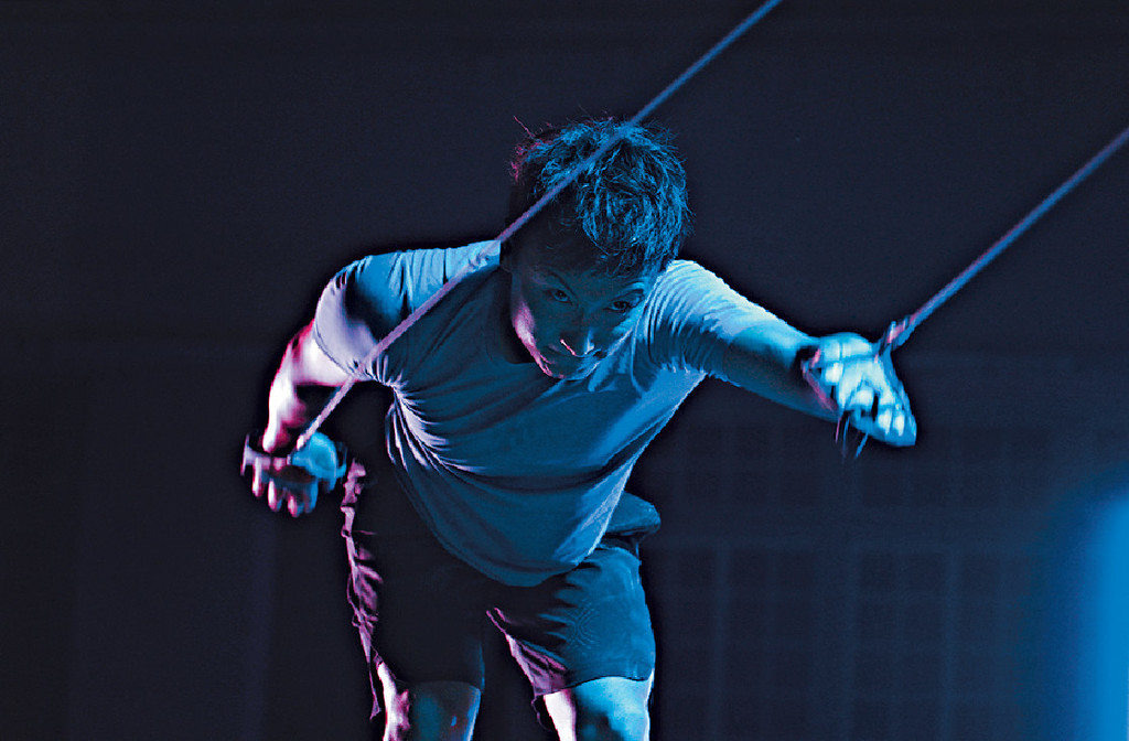 ■方力申早前拍攝宣傳片,他不斷揮動拉力繩,帶出今次是體力的挑戰。