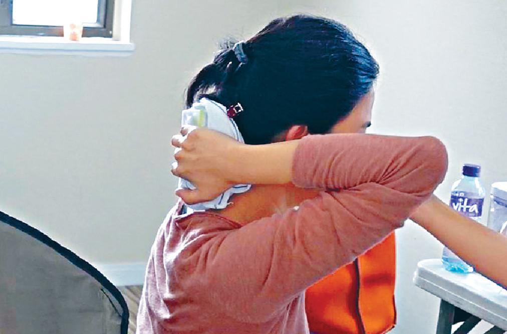 ■宣萱用冰毛巾敷受傷的頸部。