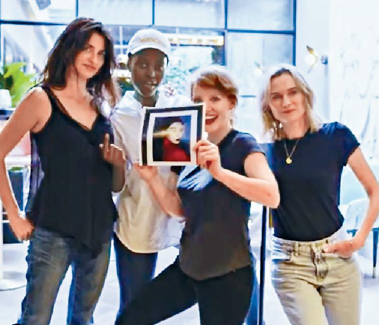 ■《355》7月開工時,四位女主角曾拿着不能到場的范冰冰照片,拍攝宣傳片。