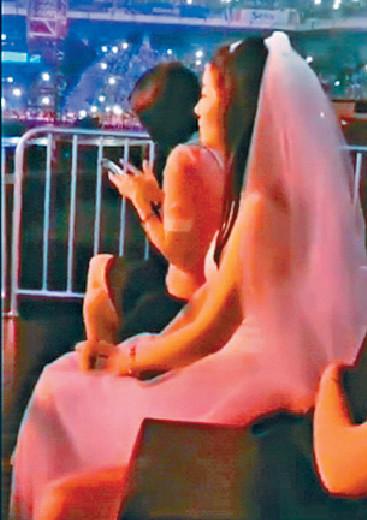 ■女歌迷披婚紗向華仔求婚。