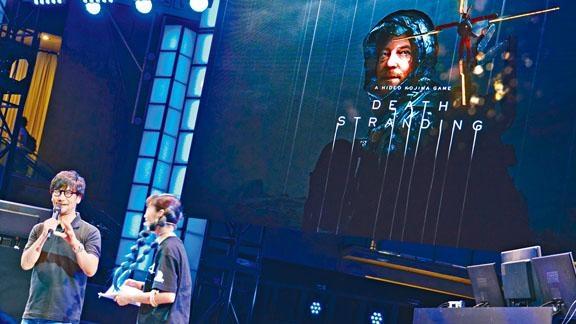 小島秀夫(左一)親自講解《Death Stranding》玩法,引來大批Fans圍觀,遊戲11月8日(五)在PS4獨家推出。