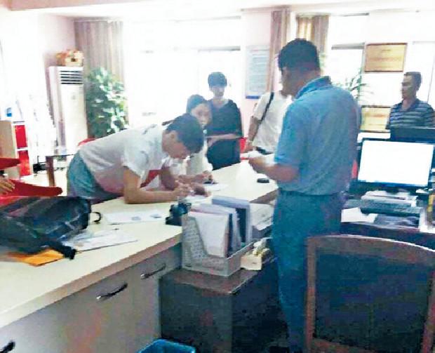 ■被指是李榮浩及楊丞琳在合肥民政局領證的照片。