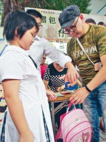 民建聯每年都會進行「磅書包活動」,今年發現學童整體書包重量平均達四點三公斤。