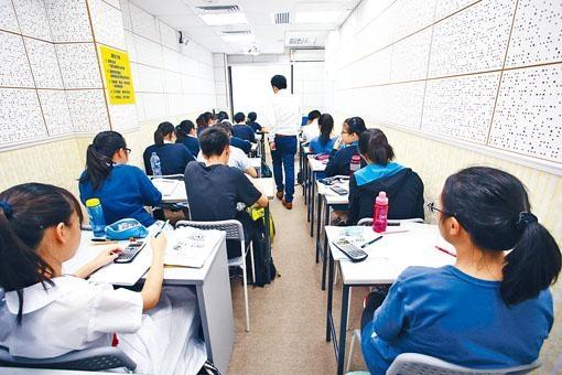 香港中學生補習已成為一種風氣,香港教育大學課程與教學學系助理教授容煒灝博士認為,學生在選擇補習社前,須先了解自己的學習模式和補習社的教學方法是否配合。