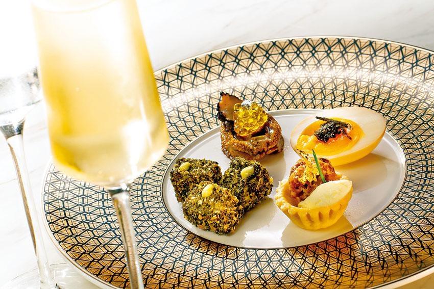 「品菜餐單」共有六道菜($558)及八道菜($688)兩款選擇,推介一口鵝肝撻、松露魚子醬鮑魚、炸海藻墨魚、醉酒雞蛋配烏魚子乾等,各有不同風味,佐酒一流。