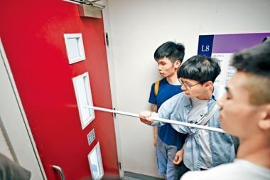 浸大周一在學生遊行期間封鎖校長辦公室樓層。