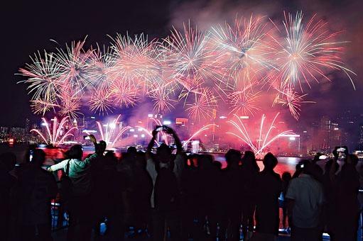 港府宣布取消國慶煙花匯演。圖為去年煙花匯演。