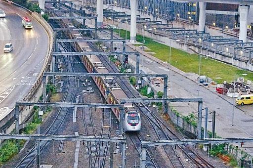 紅磡站路軌搶修後首班列車。