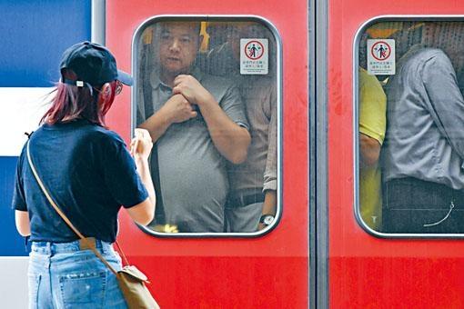 東鐵綫全綫恢復通車,九龍塘站列車內擠滿乘客。