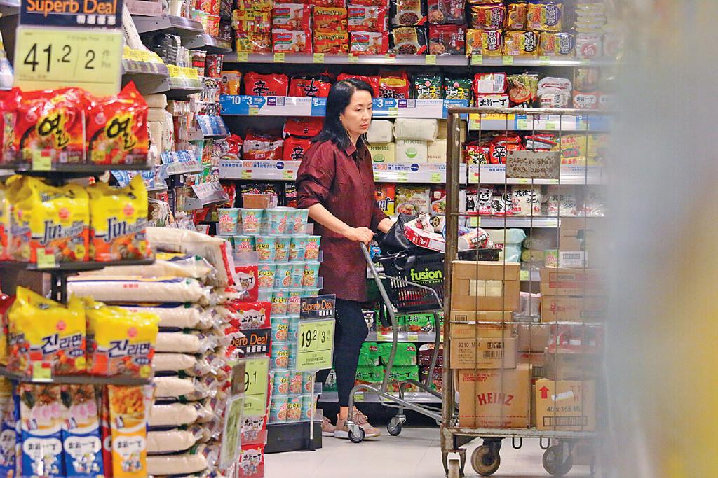 心事重重 ■龔慈恩在超市逗留約45分鐘,買咗成車食物,臨畀錢前突呆望地下似有心事。