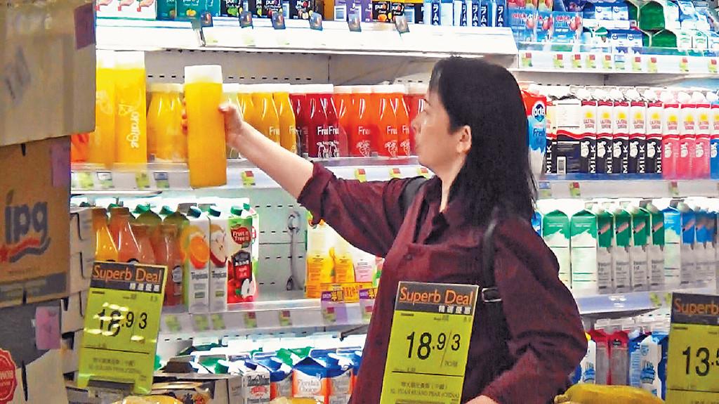 食得有營 ■皮膚白滑嘅美魔女龔慈恩,買了兩支大樽裝鮮榨橙汁及幾盒高鈣奶等。