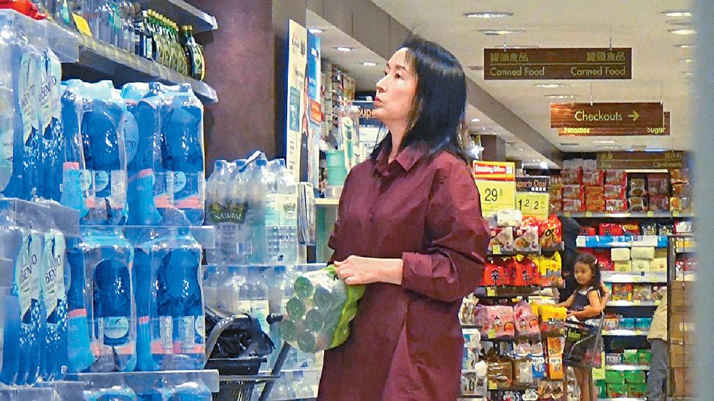 研究支裝水 ■龔慈恩睇咗幾款樽裝水,最後買夠一pack。