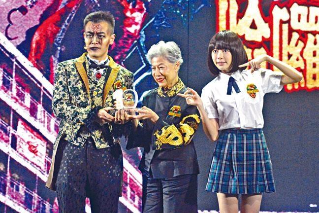 海洋公園副主席劉鳴煒向羅蘭姐頒發長期服務獎。