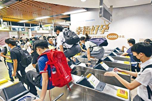 沙田昨有學生於城門河築人鏈,其後於港鐵沙田站來回跳閘。